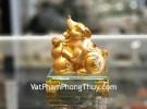Chuột vàng trơn ôm hồ lô đế thuỷ tinh TM034
