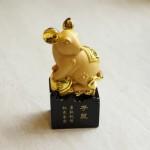 tm025 chuot vang dung 1 150x150 Chuột vàng dáng đứng trên đế gỗ TM025