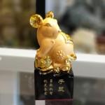 tm025 chuot vang dung 150x150 Chuột vàng dáng đứng trên đế gỗ TM025