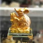 tm030 chuot vang bap vang 150x150 Chuột vàng ôm bắp vàng trên đế thuỷ tinh TM030